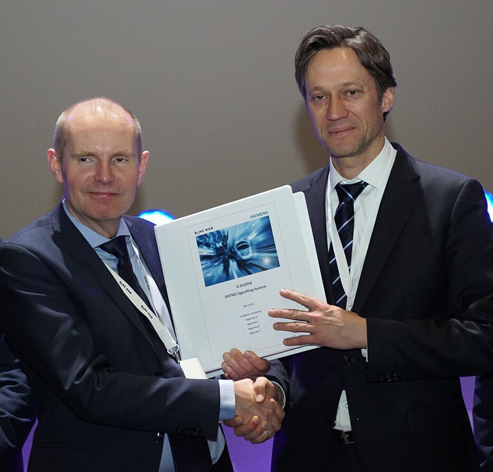 With the contract: Gorm Frimannslund (left) and CEO Mobility from Siemens, Michael Peter. (Photo: Thor Erik Skarpen)