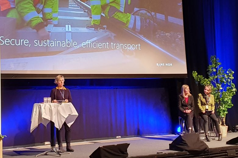 Stine Ilebrekke Undrum, Torild Lid Uribarri and Vibeke Aarnes giving the opening speech at the Tender Conference i 2019. Foto: Bane NOR