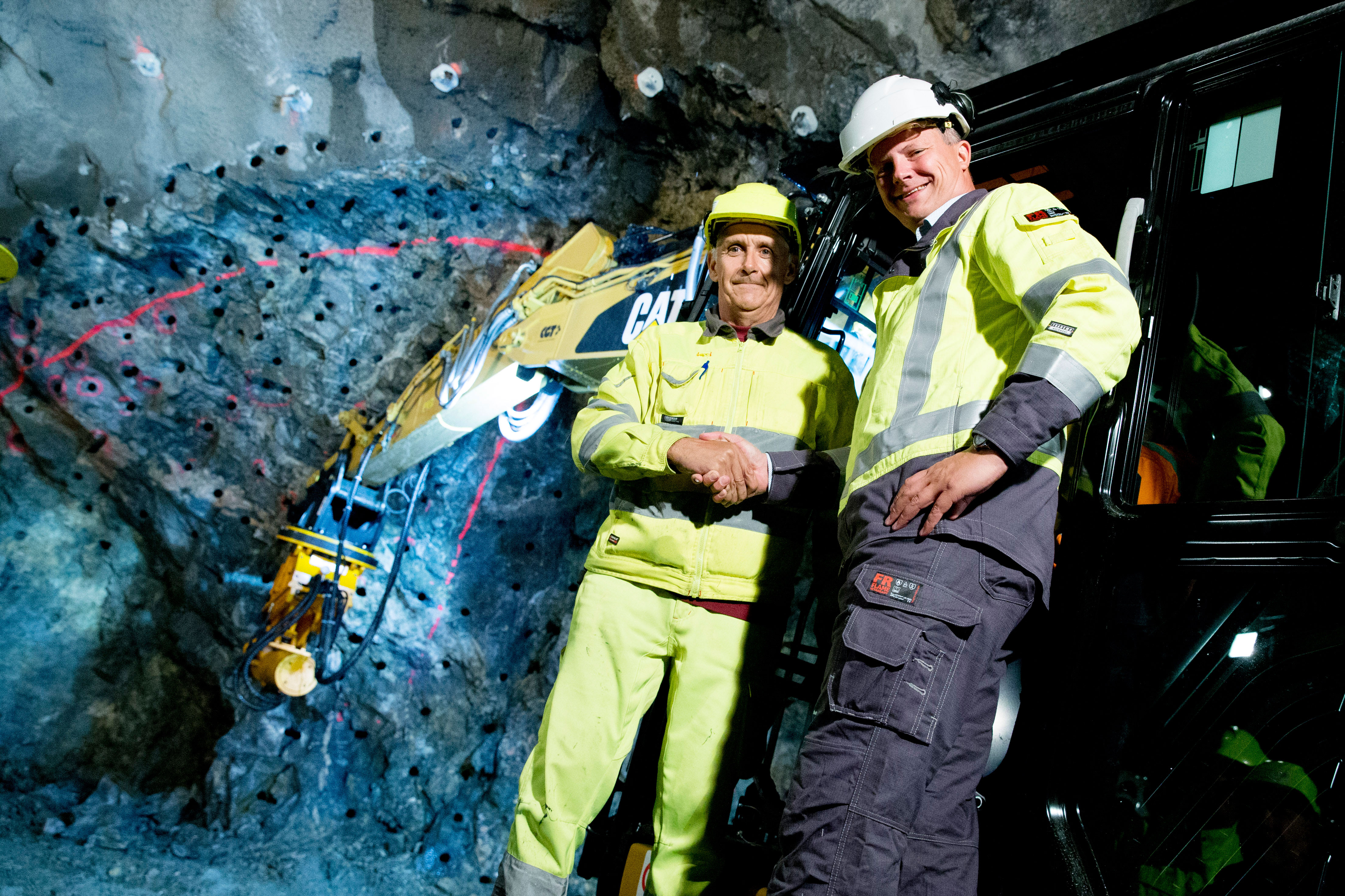 The start of the tunneling works for the Follo Line Project towards Oslo was celebrated with the Norwegian Minister of Transport and Communications Ketil Solvik-Olsen present. Here with Elca Romano, one of the specialists from entrepreneurCondotte. Photo: NTB Håkon Mosvold Larsen
